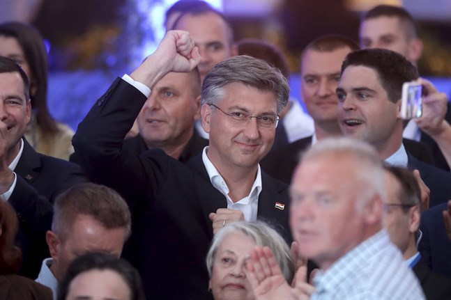 Kroatiens premiärminister Andrej Plenkovic firar valsegern.