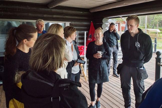 Misha Åkerholm, längst till höger, är en av initiativtagarna till iglor på Fäbodaklipporna.