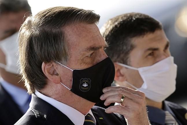 Brasiliens president Jair Bolsonaro visar symptom för covid-19. Arkivbild.