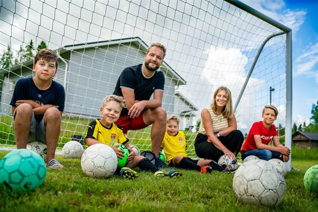 Fotbollsfamiljen Snellman. Från vänster: Milton, Malte, Urban, Malcom, Sofia (Riska Snellman) och Milian.