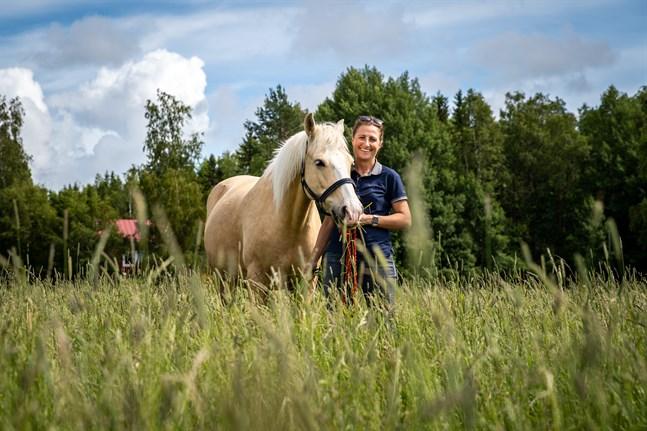 Nora Brandt och hästen Vanill poserar glatt för kameran.