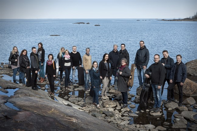 Mellersta Österbottens Kammarorkester uppträder i stadshuset i Vasa med dirigent Jan Söderblom.