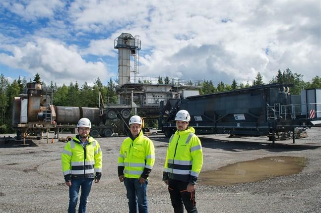 Det mobila asfaltverket kommer snart transporteras till sitt första projekt i Sievi. På bild från vänster vd Tommy Wikman, projektansvarig Tommy Sundström och enhetschef för asfalt Paul Sundström.