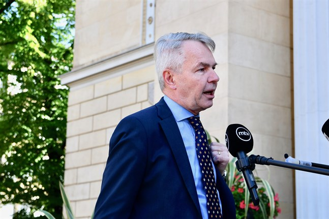 Utrikesminister Pekka Haavisto (Gröna) misstänks för två brott i samband med förra höstens storm inom Utrikesministeriet, skriver Helsingin Sanomat.