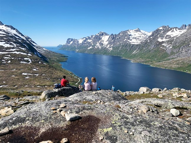 Det är en en hisnande vacker utsikt från toppen av Nattmålsfjället västerut över Ersfjorden och Atlanten allra längst bort.