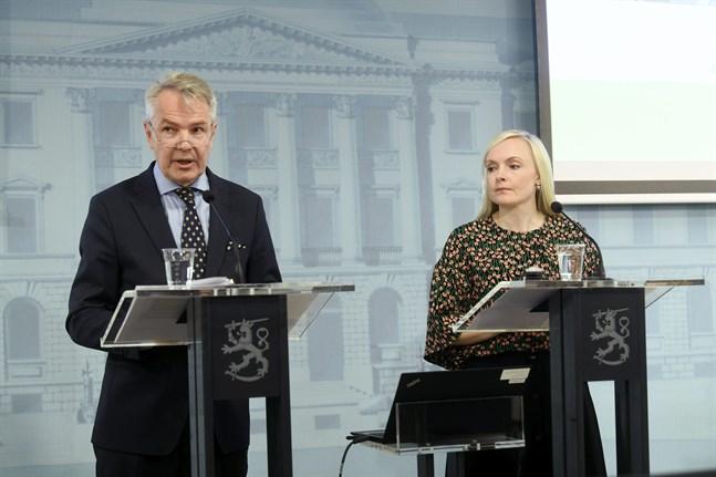 Utrikesminister Pekka Haavisto (Gröna) och inrikesminister Maria Ohisalo (Gröna) informerade om reserestriktioner på onsdagskvällen.