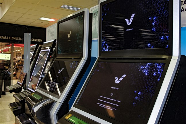 Enligt statistik frånInstitutet för hälsa och välfärd har 3 procent av finländarna spelproblem. Det är cirka 112 000 personer.– I vanliga fall är det fullt vid spelautomaterna alla timmar vi har öppet. Många har frågat när de öppnar igen, säger en i personalen på Citymarket i Vasa centrum.