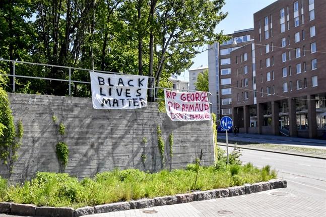 Klagomålen berör polisens agerande under Black Lives Matter-demonstrationen som ordnades i Helsingfors i början av juni. Agerandet har kritiserats med hänsyn till den opartiskhet som krävs av polisen.