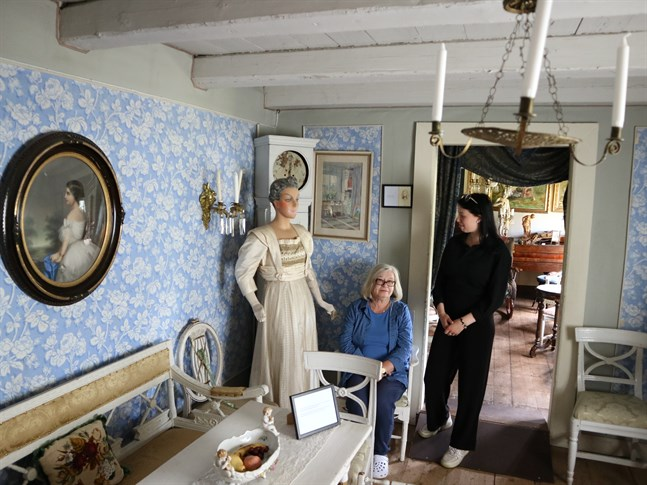 Anna-Maria von Schantz och Lilian Back vill berätta historierna bakom dräkterna i sommar. Klänningen i rummet har tillhört friherrinnan Sofia Stjernvall.