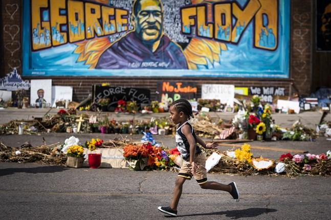 En pojke springer över platsen där ett polisingripande ledde till George Floyds död. Utskrifter från polisens kroppskameror visar att Floyd minst 20 gånger ska ha sagt att han inte kunde andas.