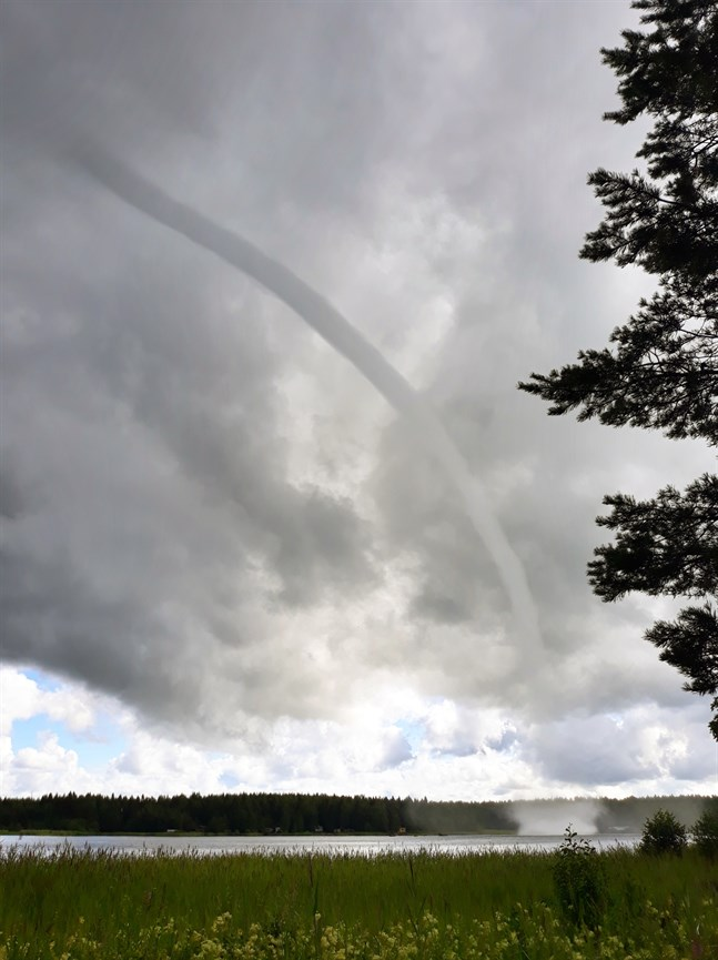 Tromben rörde sig på vattnet utanför Utterö på torsdagsförmiddagen.