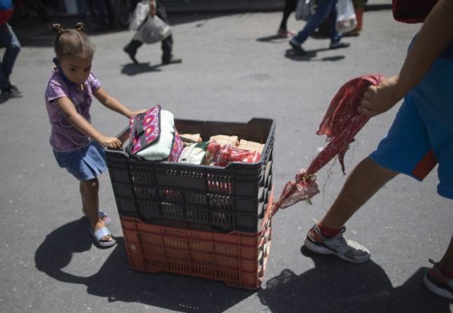 En familj som försöker sälja det som går att sälja under stängningen i Venezuela. Arkivbild.