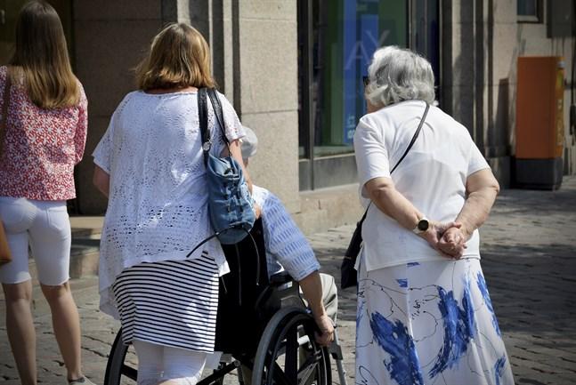 Om pensionssystemets ekonomiska hållbarhet skulle behöva stärkas skulle de flesta finländarna välja alternativet att höja pensionsavgifterna.