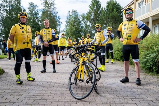 Förväntansfulla Rynkeby-cyklister står uppradade under startevenemanget vid Norrvalla. Lagkapten Jari Lemberg andra från vänster.