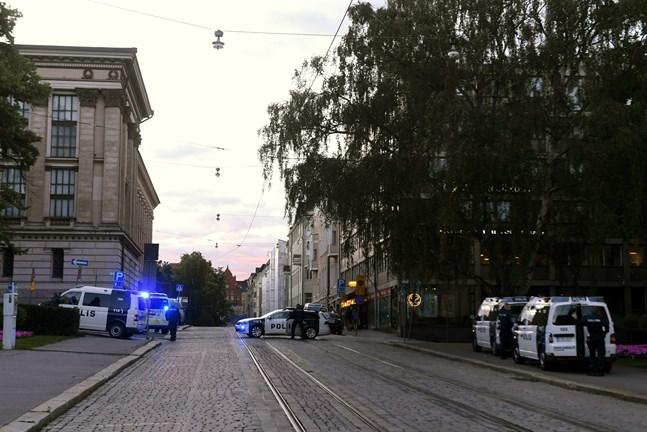 Helsingforspolisen hade en operation på Snellmansgatan i Helsingfors under onsdag kväll. En person hade blivit skjuten i en restaurang och har förts till sjukhus.