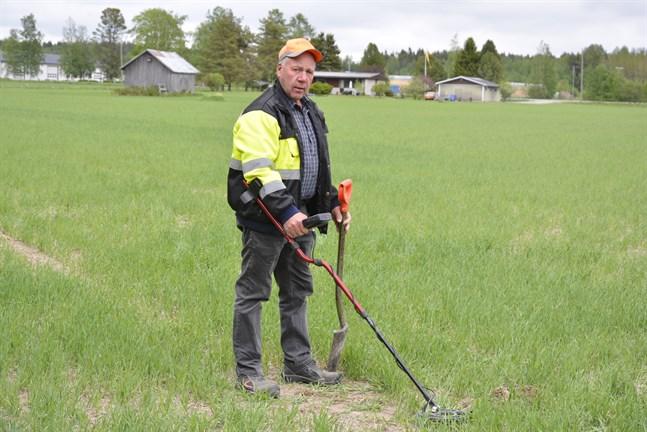 Charlie Nyberg i Finby behöver inte gå många minuter med metalldetektorn på åkern nedanför sin gård förrän han hittar en kula från 1808.