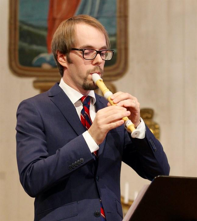 Kantorn Martin Klemets leder allsången i Vörå.