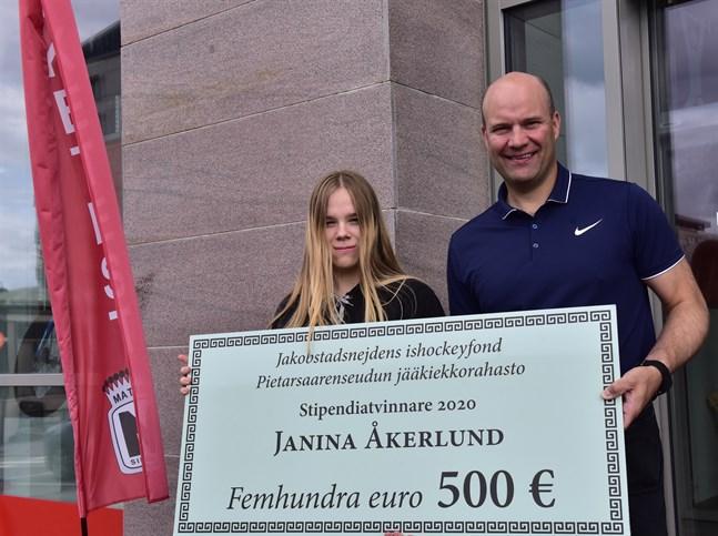 Stipendiet går inte av för hackor. Janina Åkerlund vet redan att pengarna kommer att spenderas på hockeyutrustning och förre stormålvakten Fredrik Norrena är glad över att han kan vara med på ett hörn och utveckla ishockeyn i sina gamla hemtrakter.