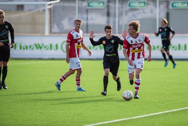 Säsongens första derbymatch slutade oavgjort 1-1. Här kämpar gästernas Viktor Strömbäck och hemmalagets Jaakko Alasuutari.