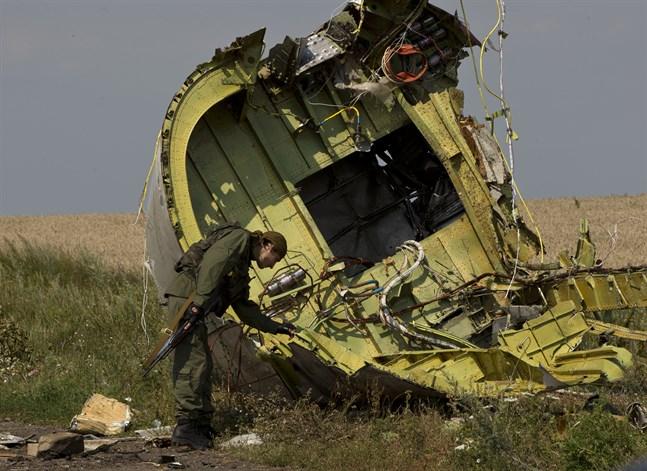 En prorysk rebell vid det nedskjutna planet MH17 i östra Ukraina. Arkivbild