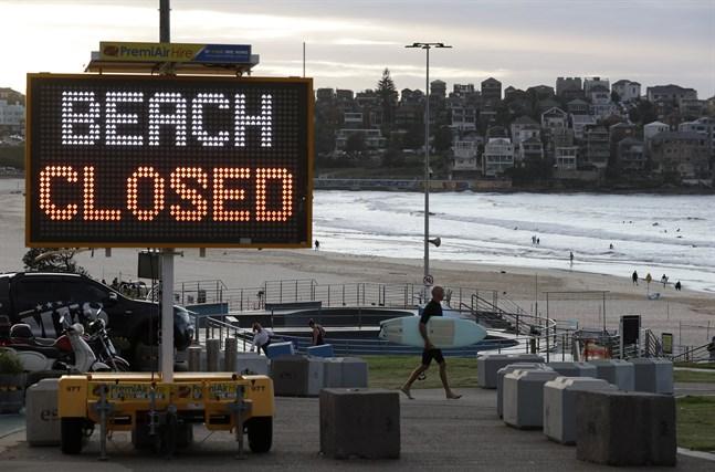 Bondi Beach i Sydney stängdes liksom de flesta andra stränder i landet på grund av coronapandemin. Arkivbild.
