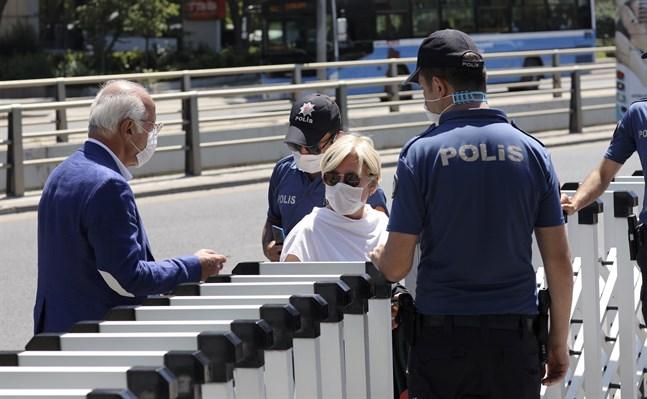 Poliser kontrollerar advokaters ID-handlingar utanför nationalförsamlingen i Ankara.