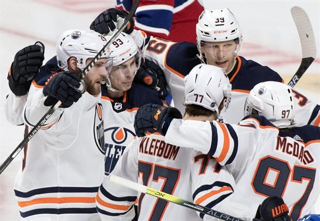 Edmontonspelarna, med Oscar Klefbom i mitten, kan fira att NHL återupptar säsongen den 1 augusti, i deras hemstad. Arkivbild.