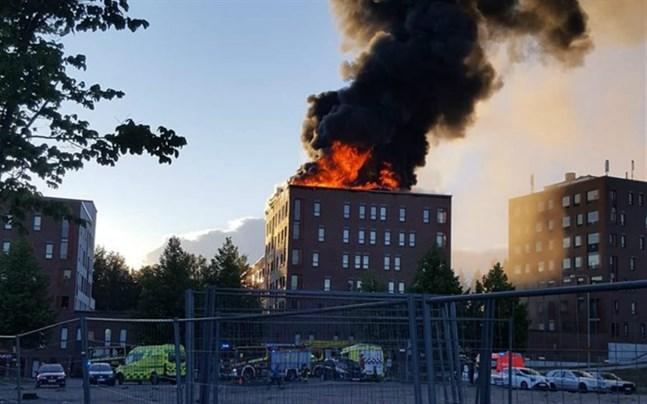 Pauli Nurminen, jourhavande chef vid Mellersta Finlands räddningsverk säger att man kunde se röken från tio kilometers avstånd på fredagskvällen.
