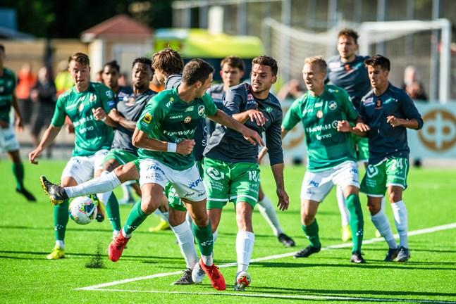 Simo Roiha (till höger) var tillbaka för KPV i Ekenäs. Bilden är från hemmamatchen mot Ekenäs IF.