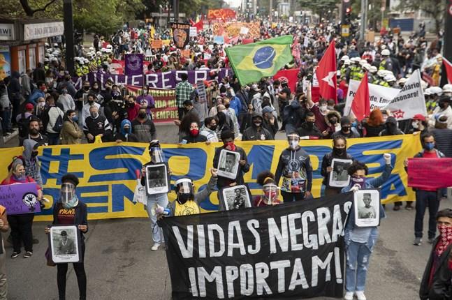 """""""Vidas negras importam"""" – portugisiska för """"Black lives matter"""" – står det på plakaten under en av demonstrationerna i São Paolo tidigare i somras."""