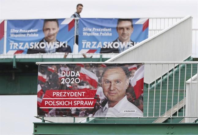 Presidentvalet i Polen står mellan sittande presidenten Andrzej Duda, på affischen längst ned, och utmanaren Rafal Trzaskowski på planscherna ovan.