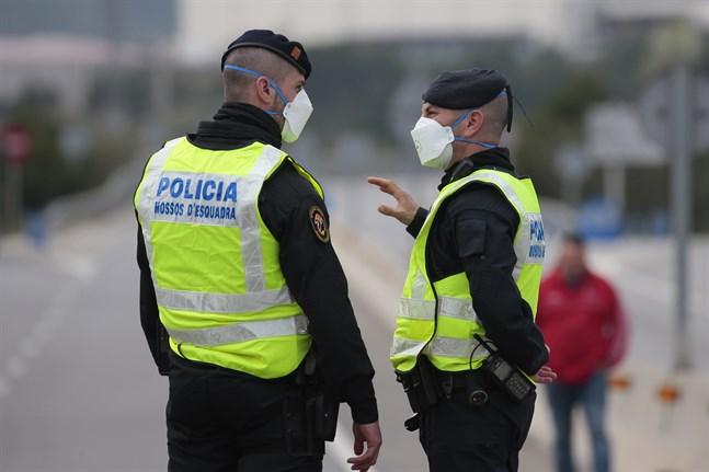 Poliser i Katalonien som bär munskydd. Bilden är från i mitten av mars.