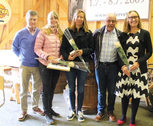 Årets gårrporukka är Heidi Forsström, Linda Vikman och Päivi Cainberg, här tillsammans med Torbjörn Ahlskog och Björn Sandbacka från hembygdsföreningen.