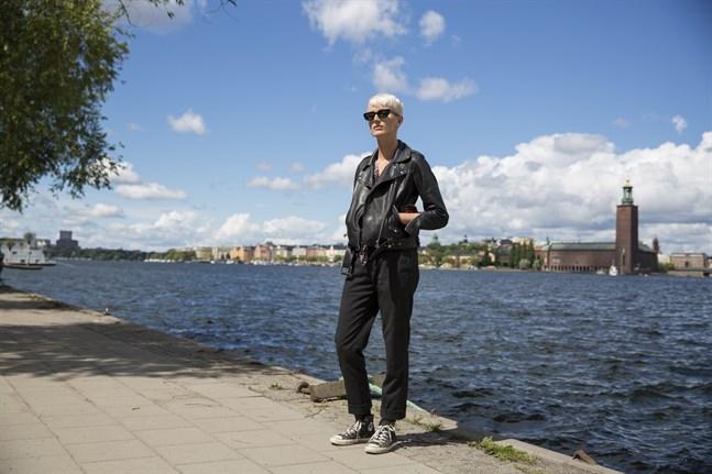 Elin Blom växte upp i Terjärv, men flyttade till Stockholm för tio år sedan. I dag jobbar hon på Felins andra album, men hon jobbar också med att skriva låtar till andra artister.