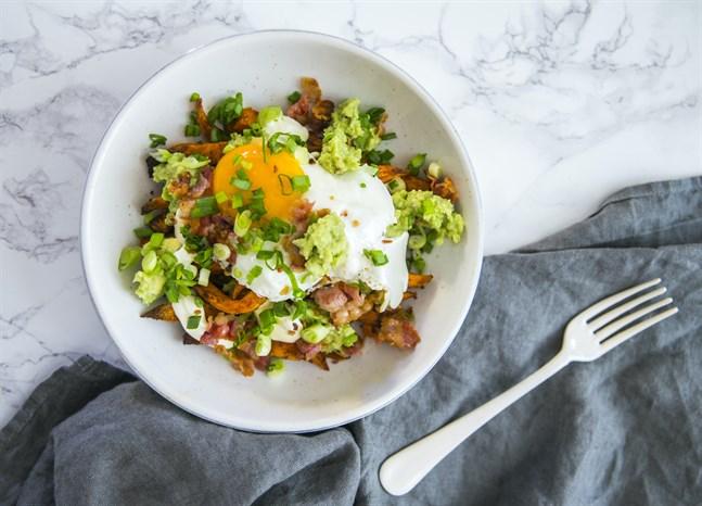 Förvandla frukosten snabbt till en middag genom att toppa en skål med batat, ägg och bacon med en smakrik guacamole.