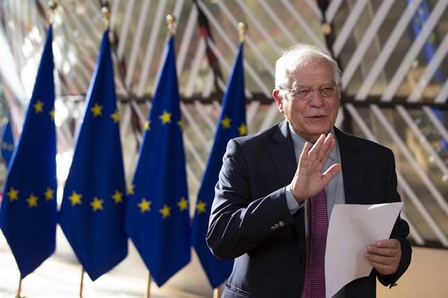 EU:s utrikeschef Josep Borrell på väg in till måndagens utrikesministermöte i Bryssel.