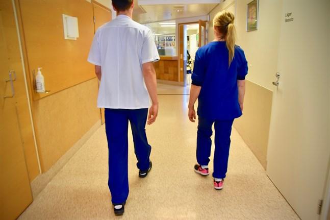 Varken sjukvårdsdistrikten eller staten har betalat särskilda coronatillägg till vårdpersonalen under coronavirusepidemin, rapporterar Iltalehti.