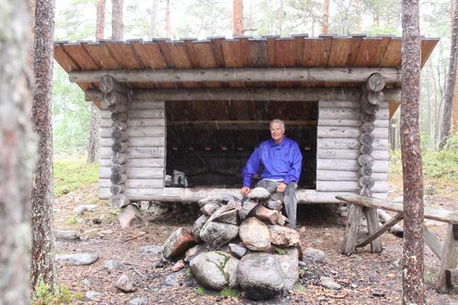 Behändigt med skydd av olika slag längs vandringslederna – särskilt i snabbt omväxlande sommarväder. Leif Wilhelms tar skydd från både regn och hagel.