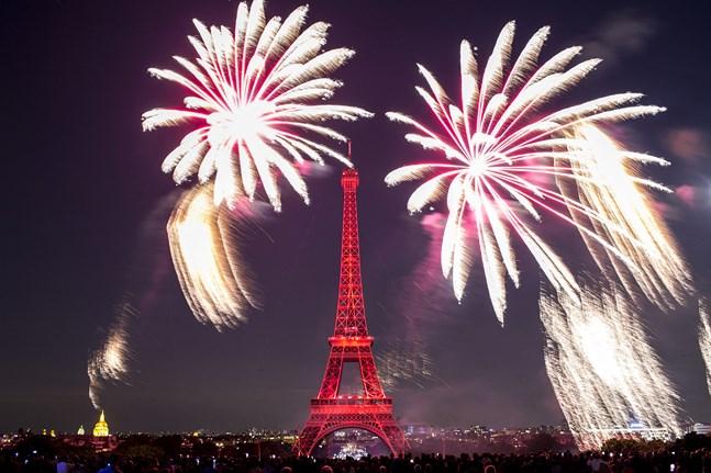 Det traditionsenliga fyrverkeriet vid Eiffeltornet blir av trots att Frankrike i år firar sin nationaldag i nedbantad skala.
