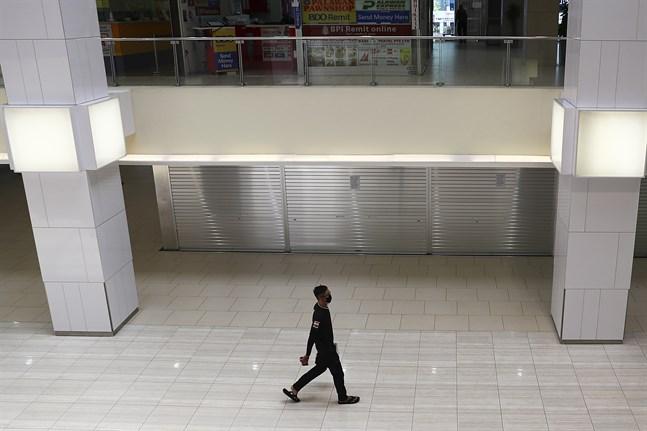 En nästintill tom shoppinggalleria i Singapore i april.