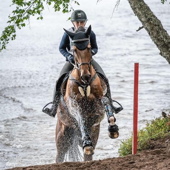 Cecilia Skytte med Kolins kammade hem en fjärdeplats i 100 centimetersklassen i lördagens fälttävlan i Niinisalo.