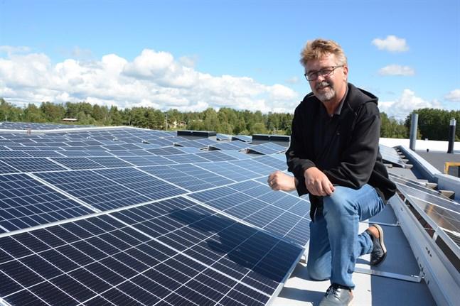 Stefan Skullbacka är glad att kunna visa upp Närpes grönsakers nya solkraftsanläggning. 854 solpaneler ska nu producera el för verksamheten.