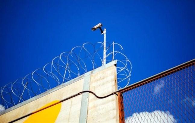 En fånge rymde på måndagen från Kylmäkoski fängelse i Birkaland. Han blandades ihop med en annan fånge som skulle bli frigiven samma dag.