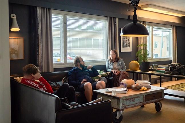 Här ses årets sommarkonstnär, Johan Sandås, mitt i soffan, flankerad av Pär Jonasson och Christa Friberg.