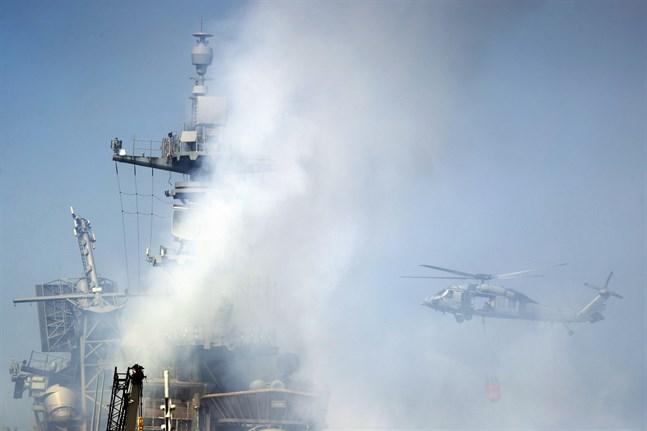 En helikopter under släckningsinsatserna vid USS Bonhomme Richard i San Diego, Kalifornien.