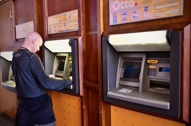 De falska poliserna har först sett sina offer exempelvis vid bankautomater. De har sedan senare tagit kontakt med offren, utgett sig för att vara poliser och påstått att offrets bankkort blivit kopierat.