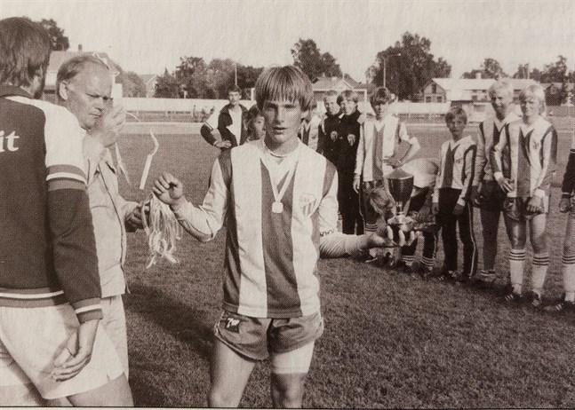 Värdföreningen GBK tog sitt första guld 1982. Lagkaptenen Harri Kangasniemi visar segerpokalen.