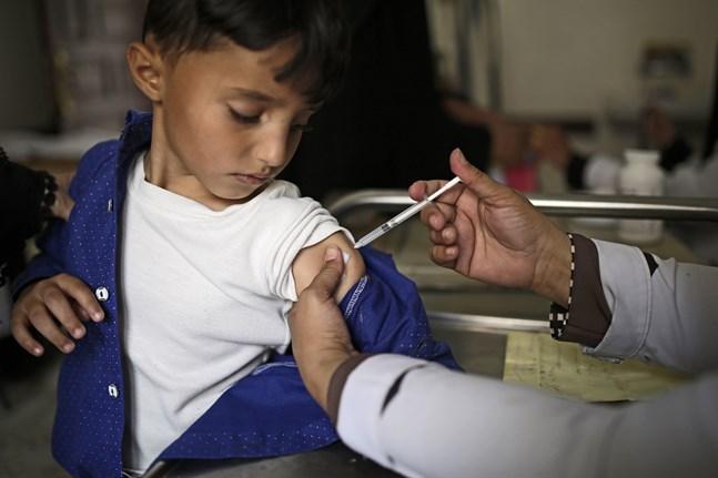 En pojke får difterivaccin i Jemen i en bild från september förra året.