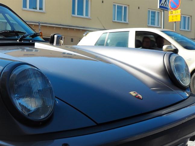 Porsche vänder blickar även i Jakobstad och anses vara bilmärket för snabba bilar.