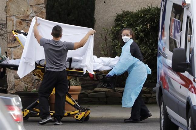 En person som misstänkts vara sjuk i covid-19 flyttas från ett äldreboende i Kirkland i Washington i USA.
